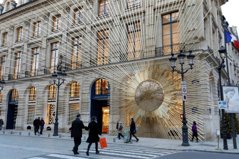 Marca de luxo LVMH na França decorada com sol dourado