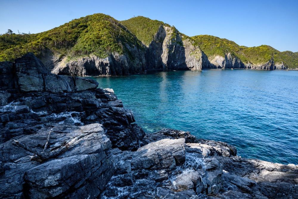 青海島の断崖と青い海 / Cliffs of the island of Oumi-jima and blue ocean