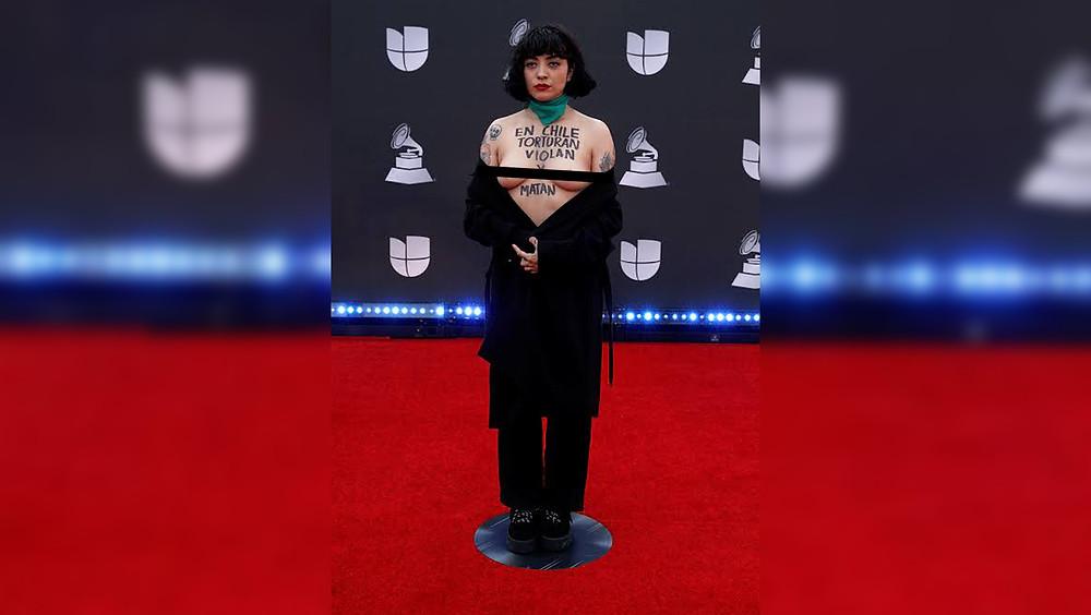 Mon Laferte en la alfombra de los Grammy Latinos.