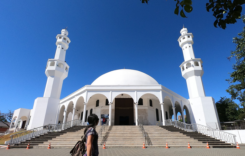 Foto da parte externa da Mesquita Omar Ibn Al-Khattab, localizada em Foz do Iguaçu.