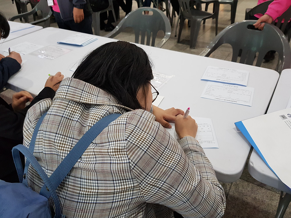 구직등록신청서를 작성하는 참가자의 모습