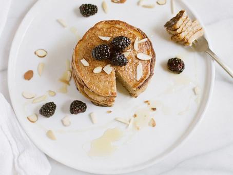 Gesunde Pfannkuchenvariante mit Beerensoße ...