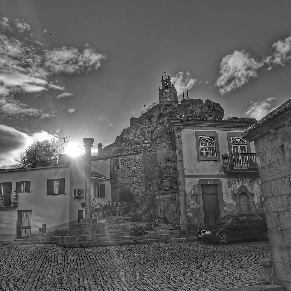 Pelourinho no largo da Igreja, com a Torre do Castelo da Mêda em fundo