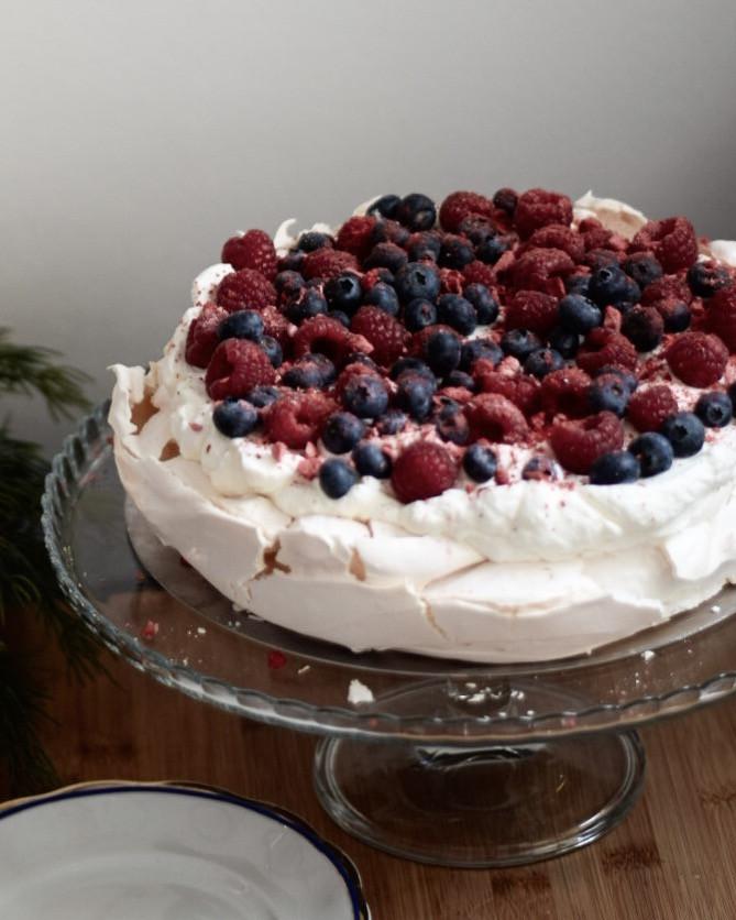 pavlova, torta, helenine čarovnije, recept za torto, biskvit za torto, biskvit za torto ki ne pade dol, rojstnodnevna torta, partypek, partipek, sladke želje, ulline dobrote