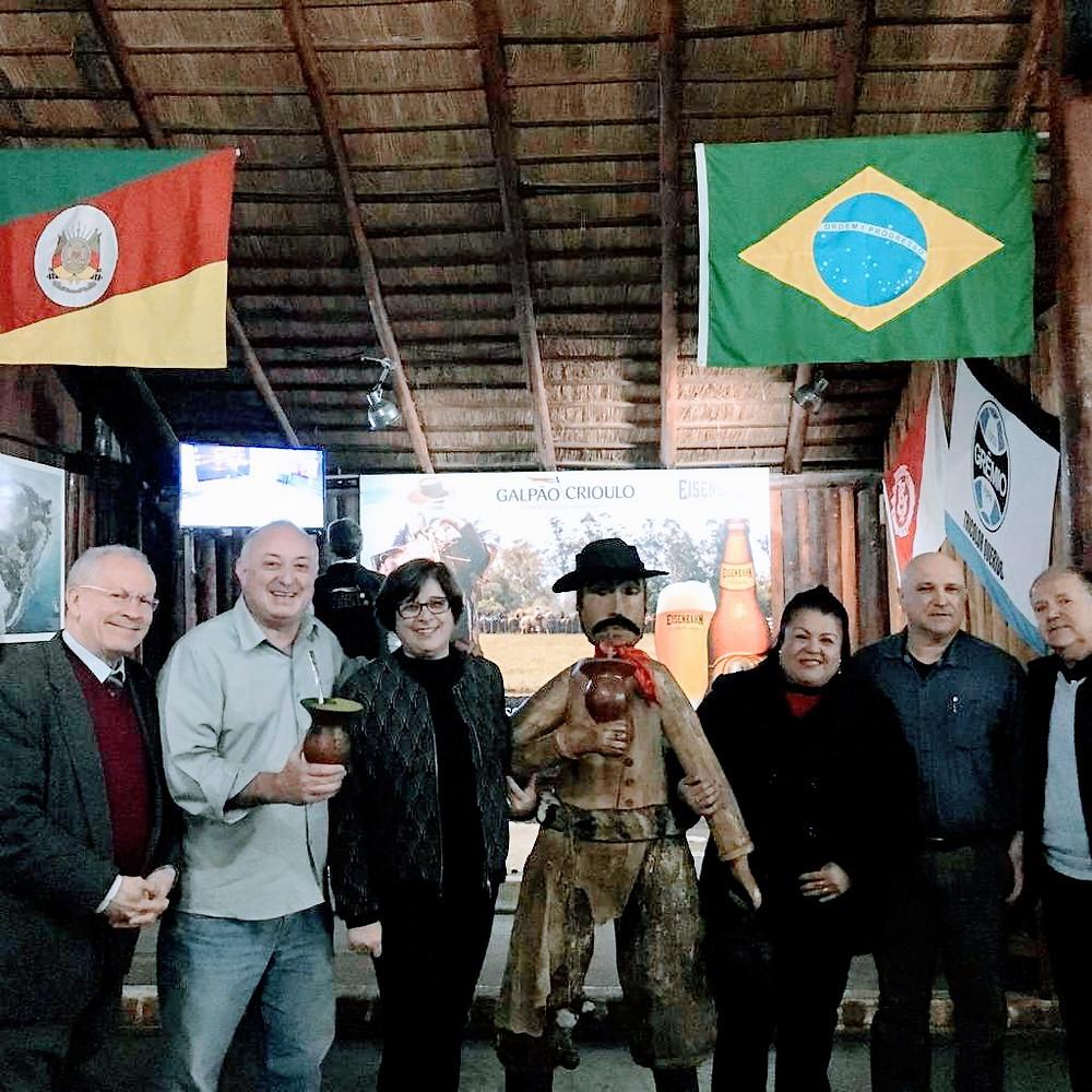 Na Churrascaria Galpão Crioulo, Voltencir Fleck (2º da esquerda para a direita) vai conversar com um grupo de convidados extremamente especial, sobre o que Porto Alegre oferece aos seus visitantes. O turismo receptivo da capital gaúcha será destacado.
