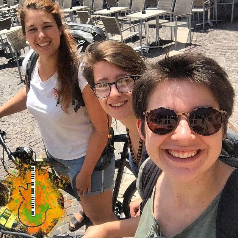 Une partie de l'équipe d'AlterMusique : Camille, Ingrid et Gabrielle (de gauche à droite) après un rendez-vous chez le comptable.