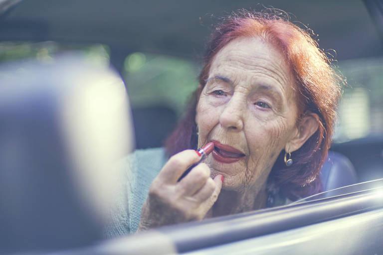 senhora-idosa-ativa-terceira-idade-idoso-bonito-feliz-bem-cuidado-saudável-independente-idade-internet-redes-sociais-curso-tecnologia-computador-whatsapp-celular-batom-carro
