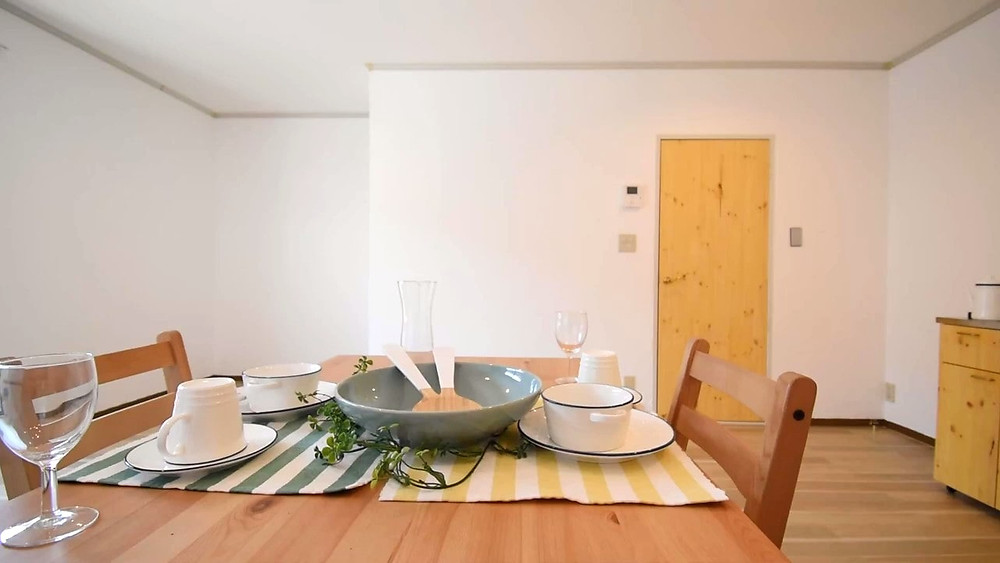 ナチュラル系のダイニングテーブルを置くとお部屋全体がより華やかになります