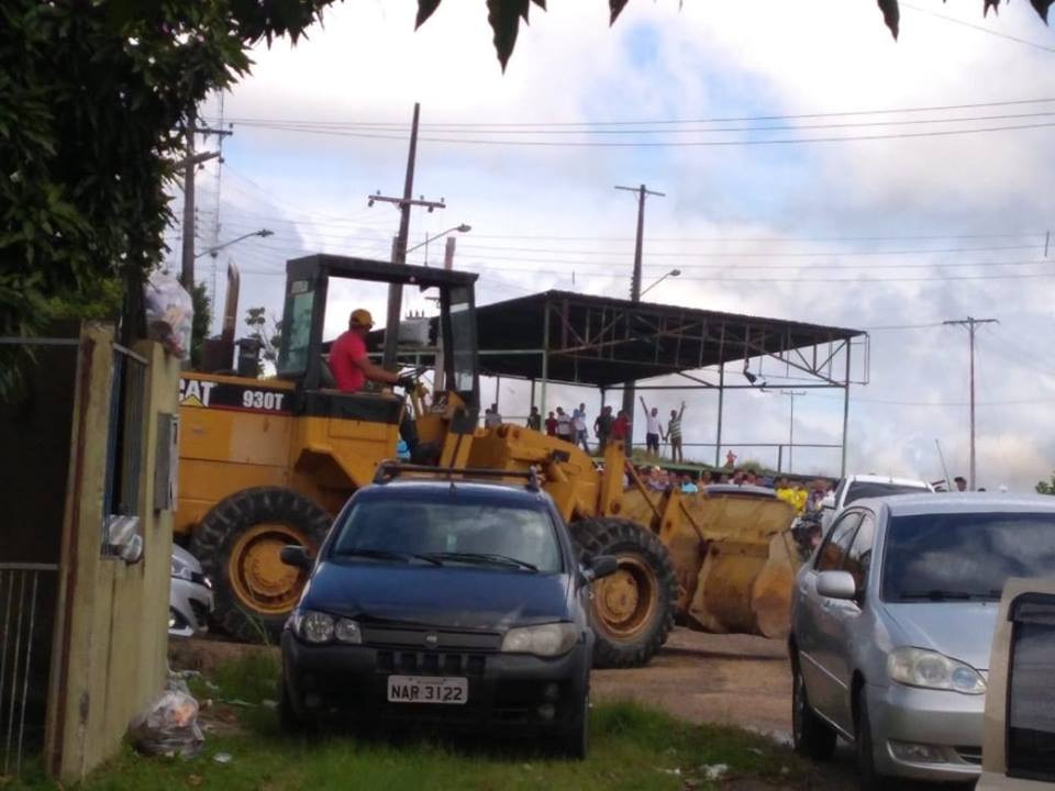 moradores-de-pacaraima-derrubam-cobertura de ginásio