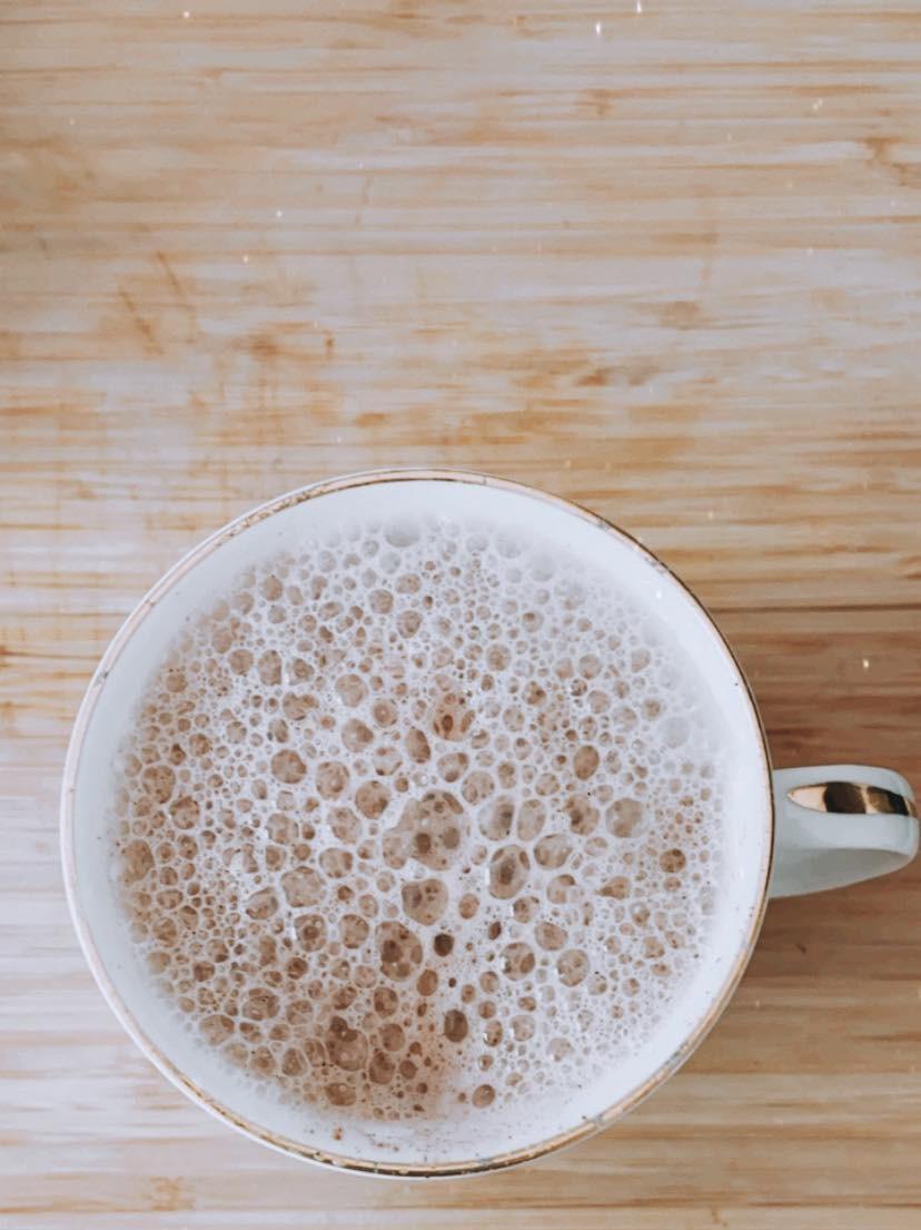 Un latte végétalien dans une belle tasse vintage