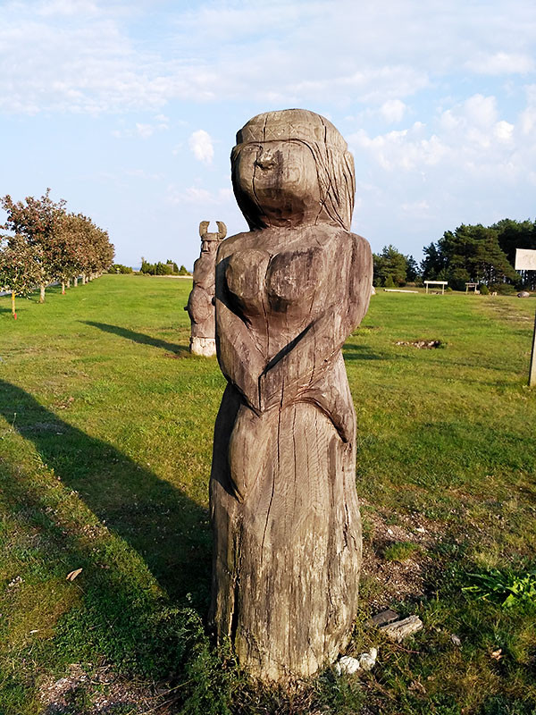 Скульптура женщины в парке Сальме