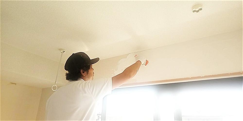 S205号室の漆喰は、熟練の職人さんが丁寧に塗っています