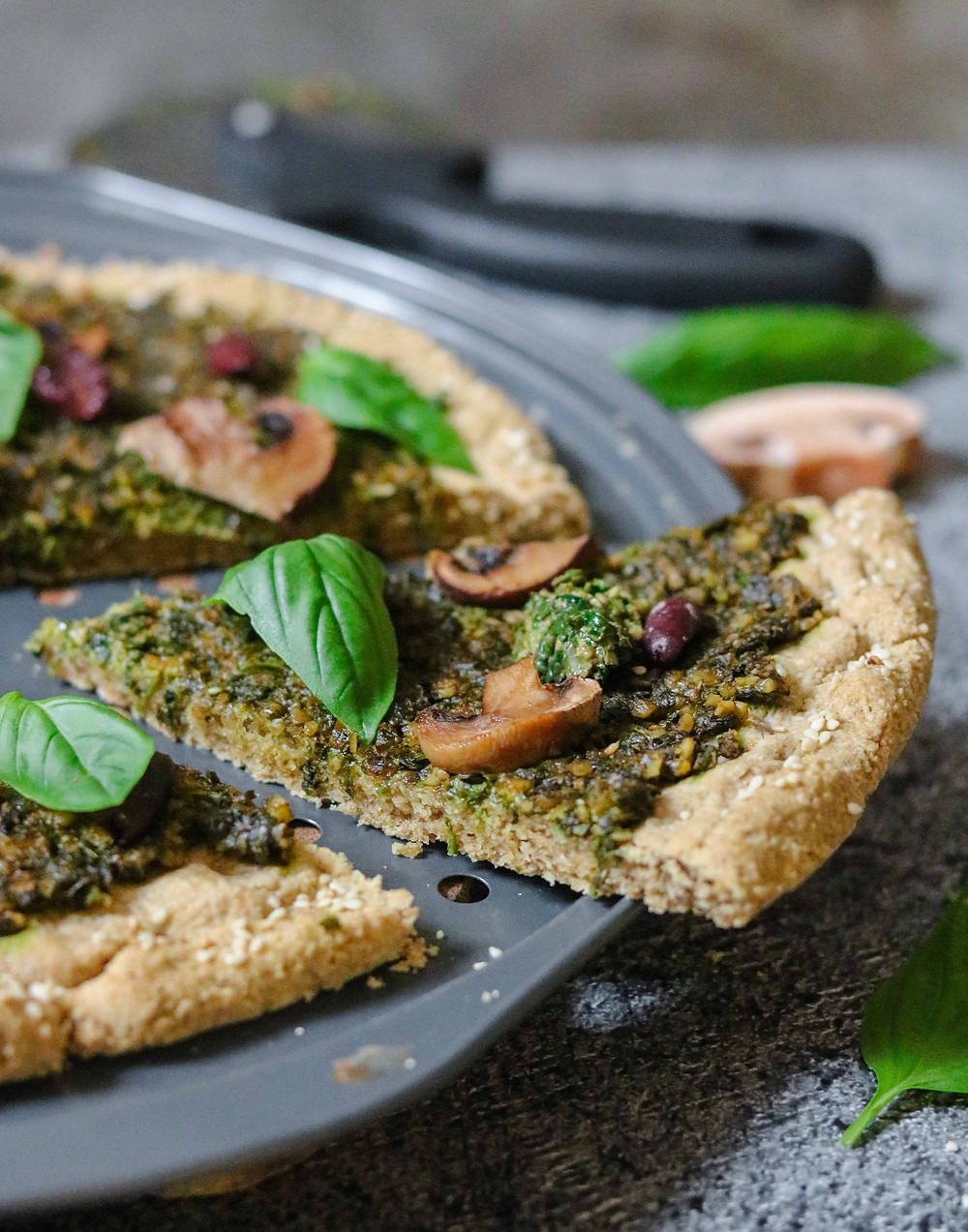 פיצה טבעונית ללא גלוטן ללא שמרים עם פסטו ירוקים ביתי