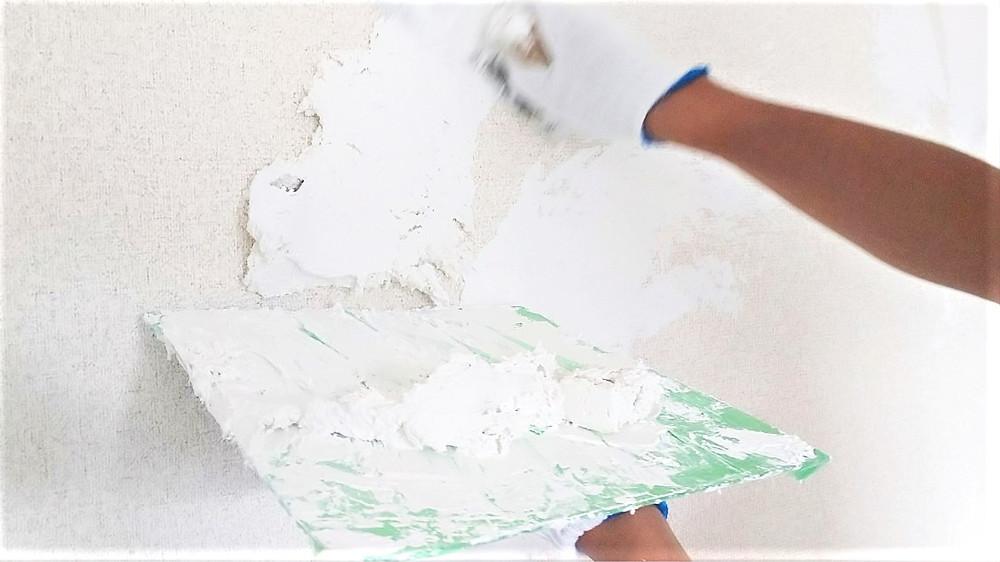 壁には、自然素材の漆喰を施工