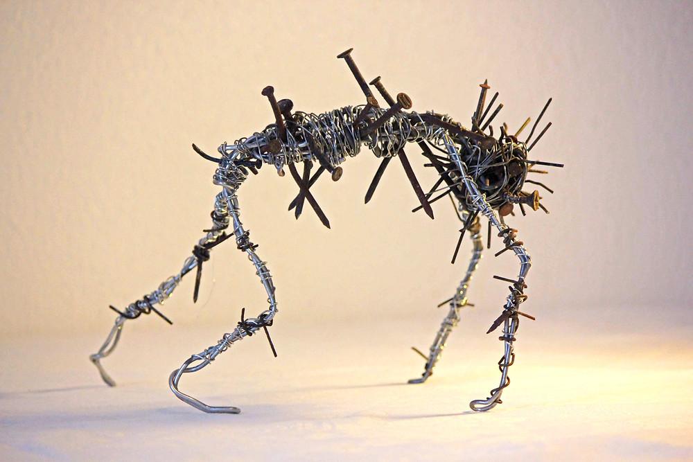 """Sculpture en fils de fer et clous de récupération assemblé, de la série de sculptures en recyclage """"Cauchemar"""""""