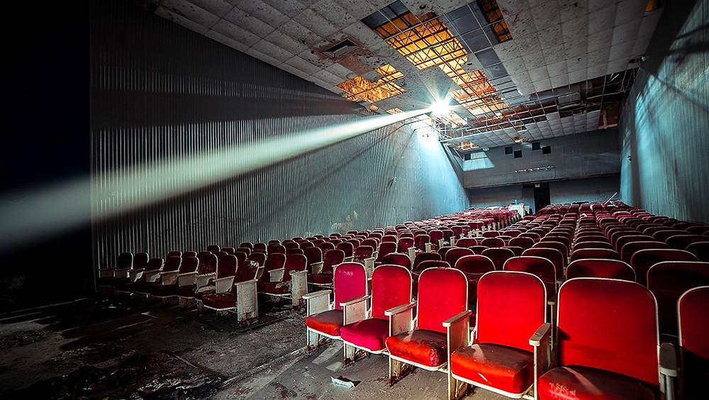 Interior de un cine abandonado.