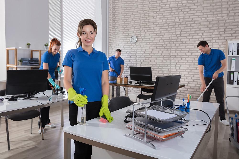 Úklidoví pracovníci při úklidu firmy