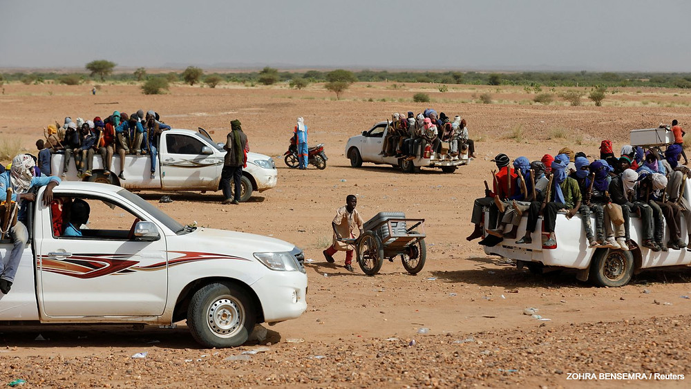Un grupo de migrantes se prepara para cruzar el desierto en Agadez, Níger, en octubre de 2019.ZOHRA BENSEMRA / Reuters