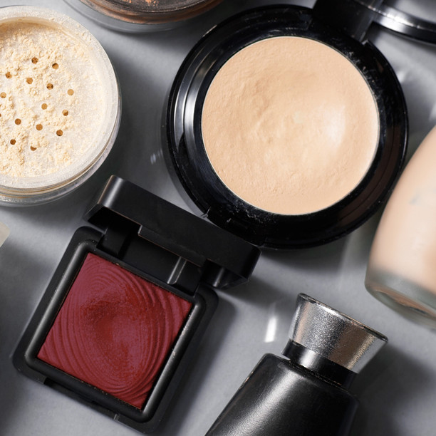 4 MUST-HAVE MAKEUP PRODUCTS: IN YOUR TRAVEL MAKEUP KIT.