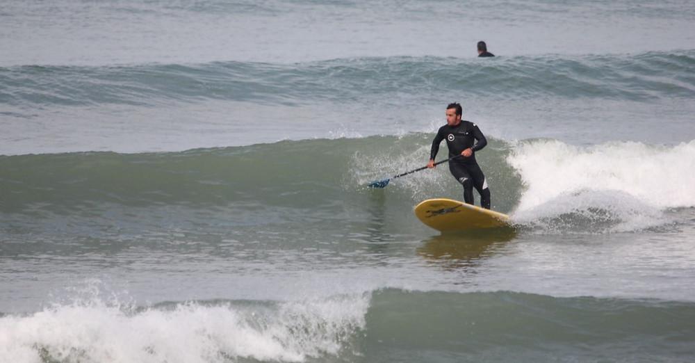 Matthieu moniteur de surf à la Base Nautique