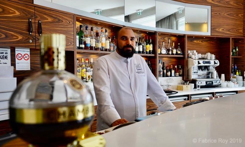 """Guillaume Winterstein au bar du restaurant """"Au comptoir des sables""""."""