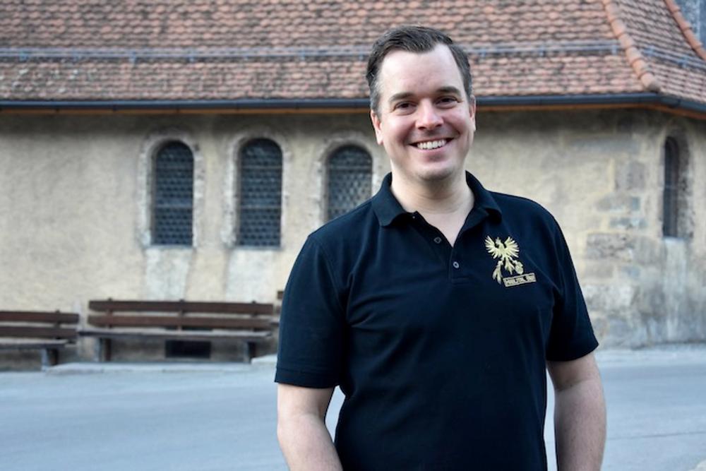 Christian Bachmann (36) informiert in Meiringen über die neue Strategie von Haslital Bier.Foto: Zora Herren