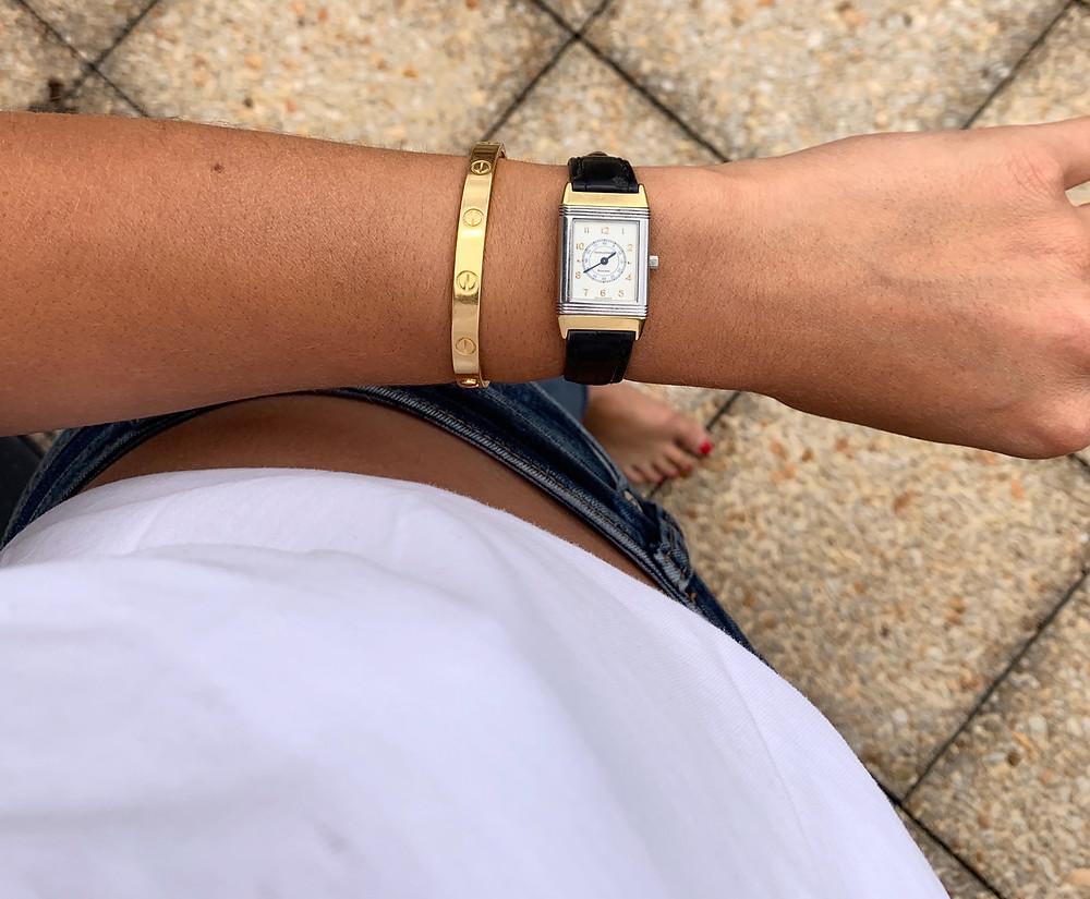 Jessica porte le bracelet Love en or jaune de Cartier et la montre Reverso de Jaeger-LeCoultre