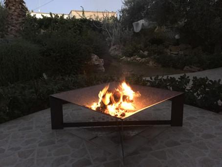 Abendliches Lagerfeuer im Garten