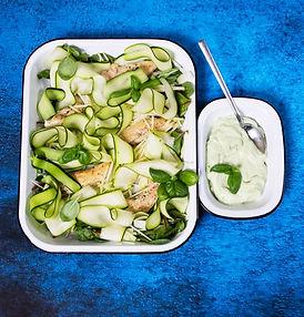 Žalios, gaivios, traškios: salotos su vištiena ir avokadų padažu