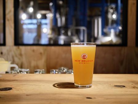 新感覚!?ヨガのポーズをしながらビールを楽しむ!クラフトビアバーが提供するビール好きのためのヨガ、ビアヨガが9/28に開催されました。