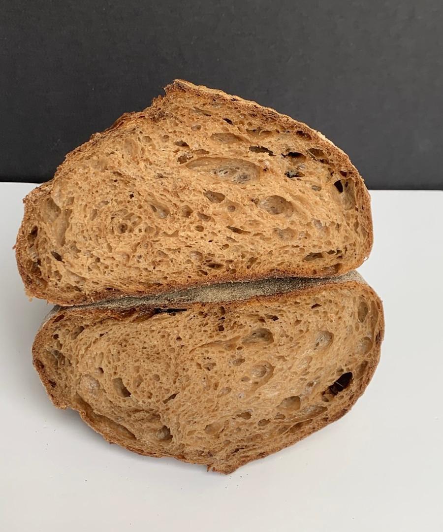 לחם שאור צרפתי עם שיני שום שחור.jpeg