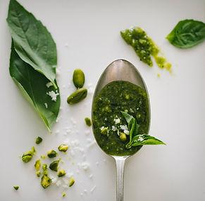 Su juo viskas skaniau. Klasikinį žaliąjį pesto padažą gaminame namuose!