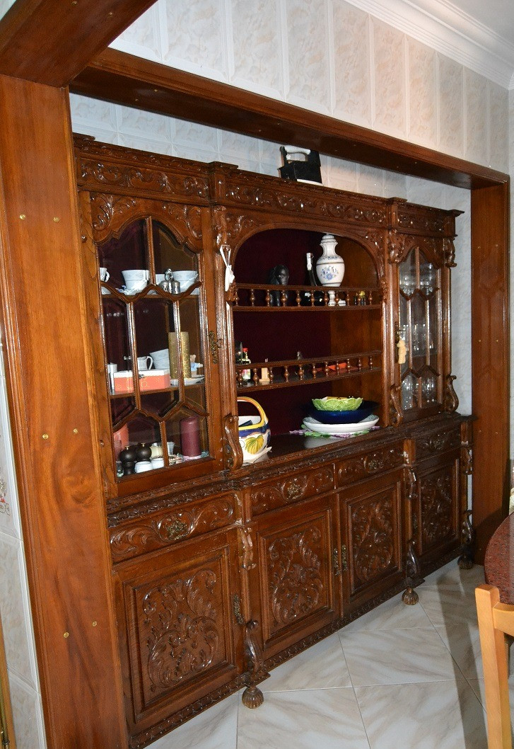 Móvel antigo por restaurar, a precisar de ajuda de um designer de interiores
