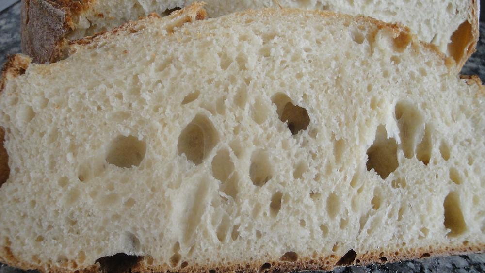 Λευκό ψωμί (πιό λευκό δεν γίνεται) με γάλα.