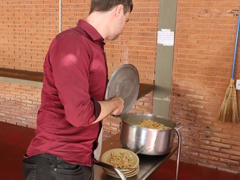 Suco e biscoito são 'janta' em Centro de Educação devido à falta de funcionários