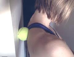 Massage par point d'appui grâce à une balle de tennis.