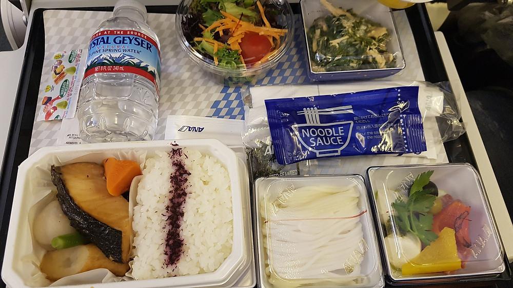 Foto de refeição servida pela companhia aérea ANA em vôo de Chicago para Tokyo.