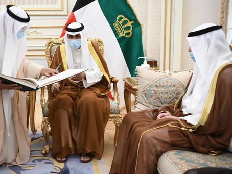 سمو أمير البلاد يسجل كلمة سامية في سجل الشرف بمجلس الأمة