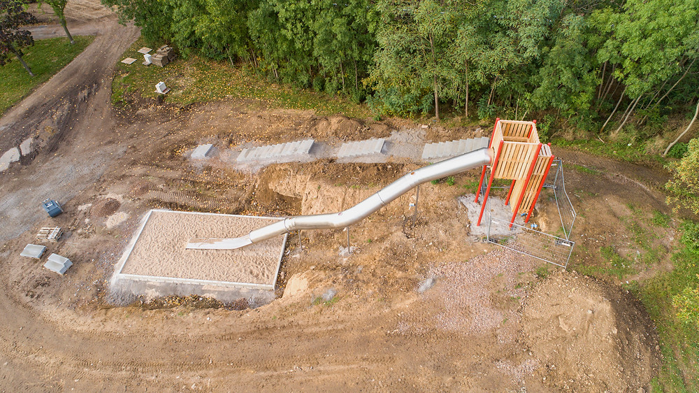 Luftaufnahme einer Röhrenrutsche, die sich im Bau befindet