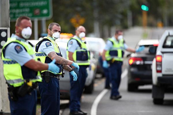 新西蘭議會5月15日投票通過了一項極不尋常的舉措,將一項有爭議的法律提交給一個特別委員會審議。該法律賦予警察在執行不同警報級別規則時,可以在沒有搜查令的情況下進入民宅的權力。圖為2020年4月9日,由于COVID-19,新西兰處於封鎖狀態,警察正在全國各地設立檢查站,以确保路上的人僅出于基本目的出行。(Fiona Goodall/Getty Images)