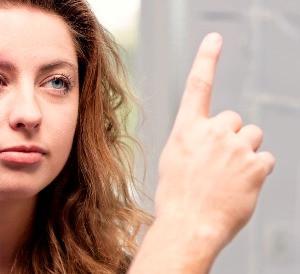 Sesión terapéutica con EMDR. El psicólogo mueve los dedos ante los ojos del cliente.
