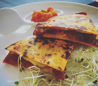 What to eat in Costa Rica? Prensadas - Tortilla filled with veggies and cheese