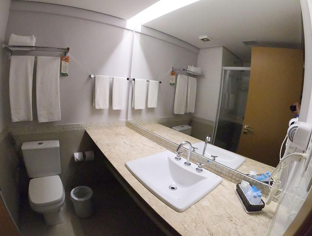 Foto do banheiro do quarto do Celebration Resort Olímpia: amplo e muito limpo.