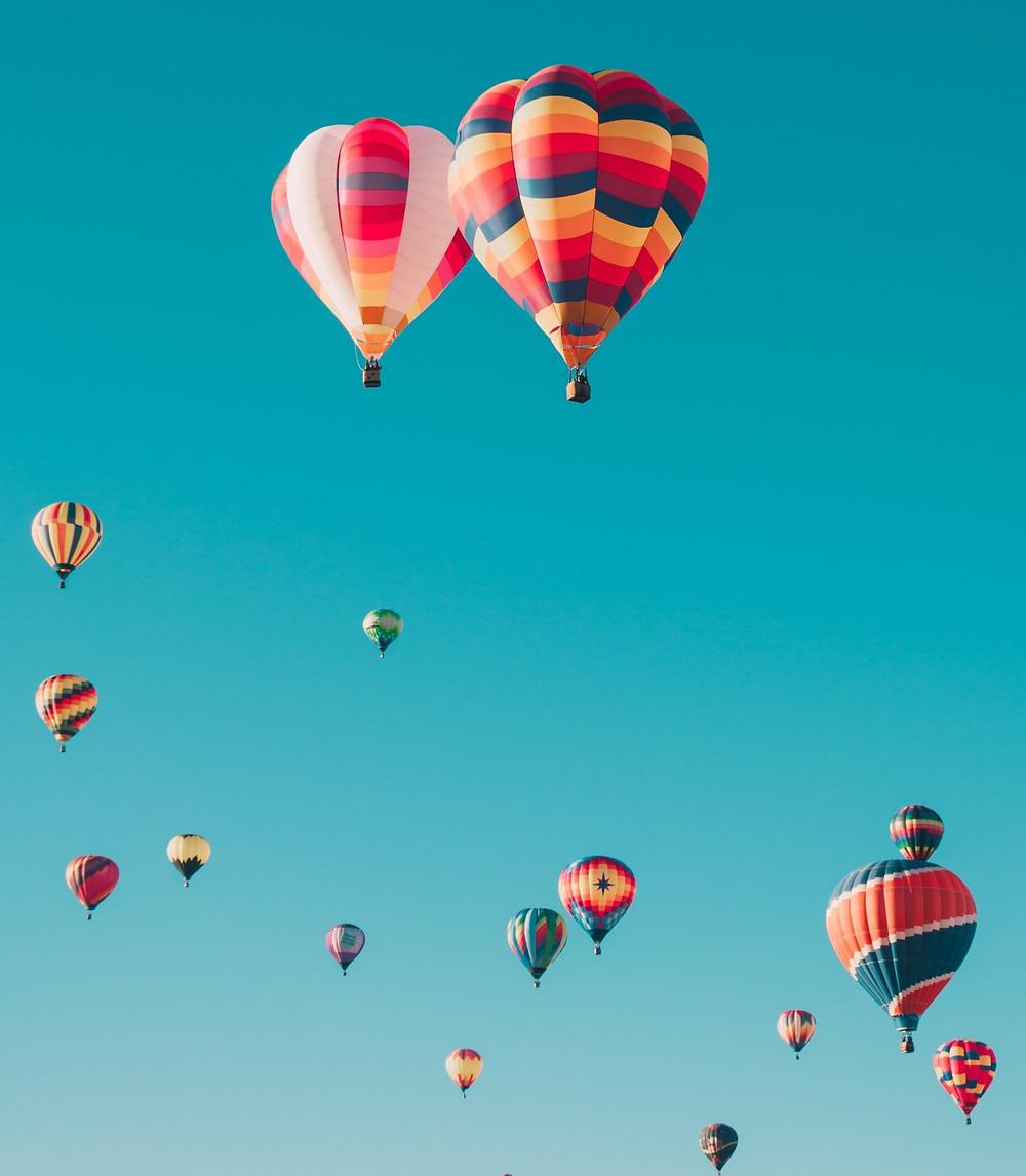 Ballons s'envolent signe de liberté, indépendance