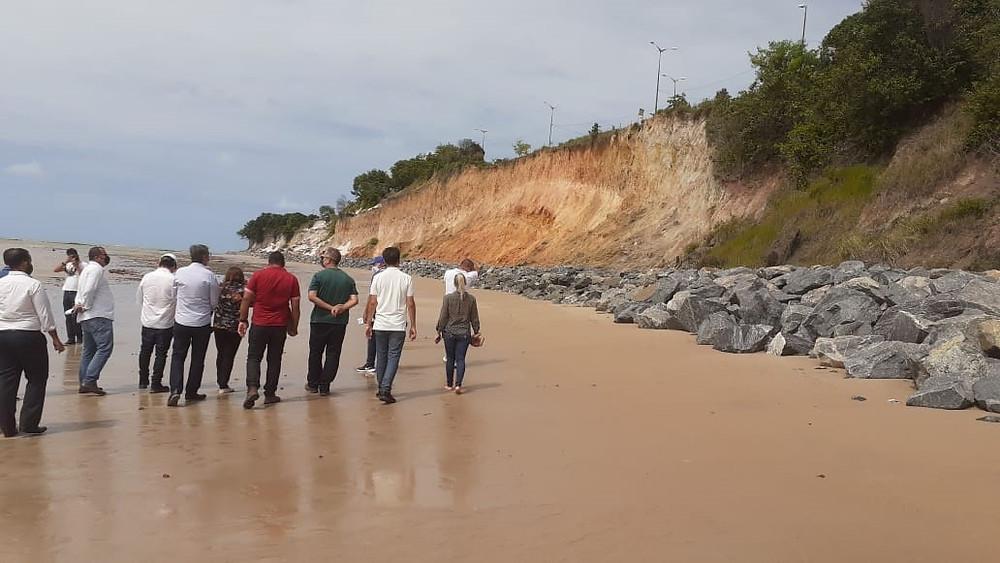 Visita capitaneada pelo MP-PB, ocorrida em 21/07/2020. À direita, camada de pedras de grande porte que interrompem o fluxo de sedimentos para a enseada do Cabo Branco.