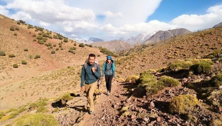 Dva turisté v horském pasu.