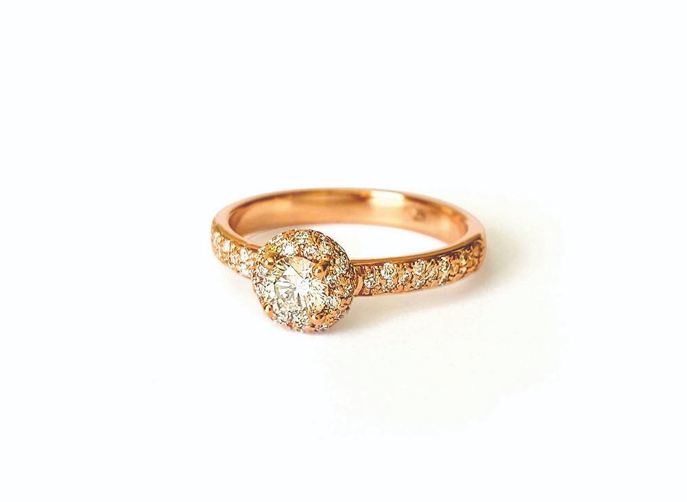 Klasisks zelta saderināšanās gredzens ar briljantiem