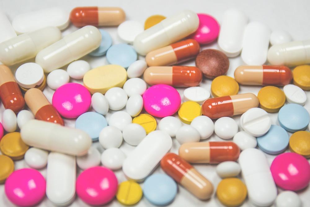 תרופות צבעוניות בתפזורת