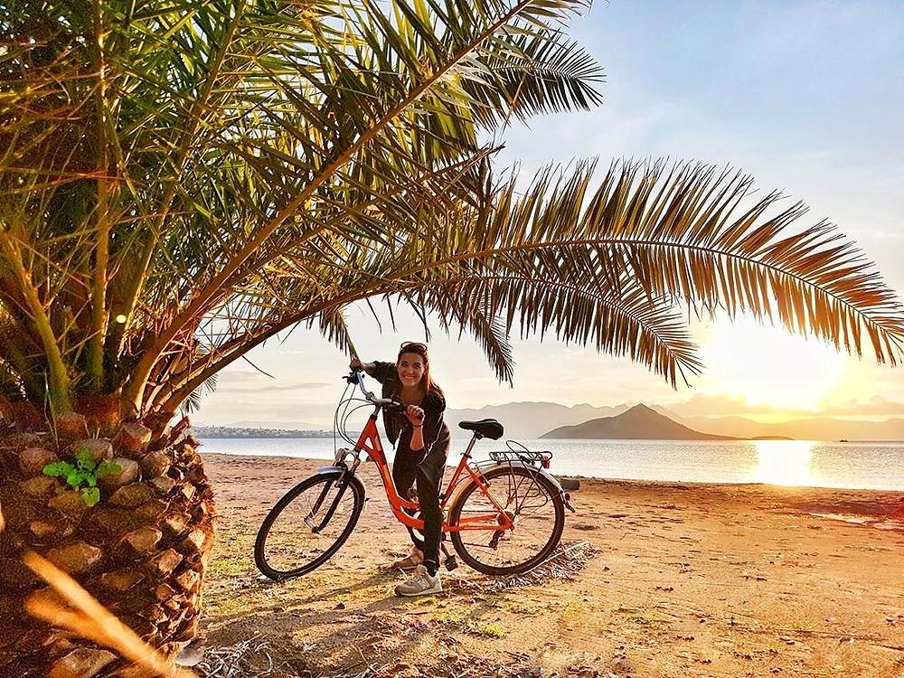 Η επισκέπτρια από την Πολωνία @moni.kozlowka στην παραλία της Νέας Μάκρης. Ας σκεφτούμε και το τουριστικό όφελος που θα είχαμε από ένα σωστό δίκτυο ποδηλατοδρόμων στην περιοχή μας!