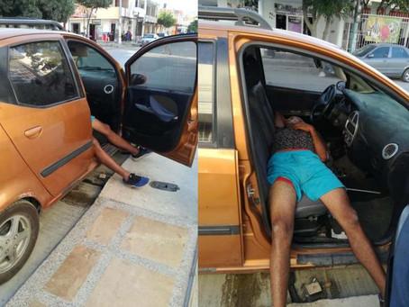Hombre en presunto estado de embriaguez se duerme al robar un carro
